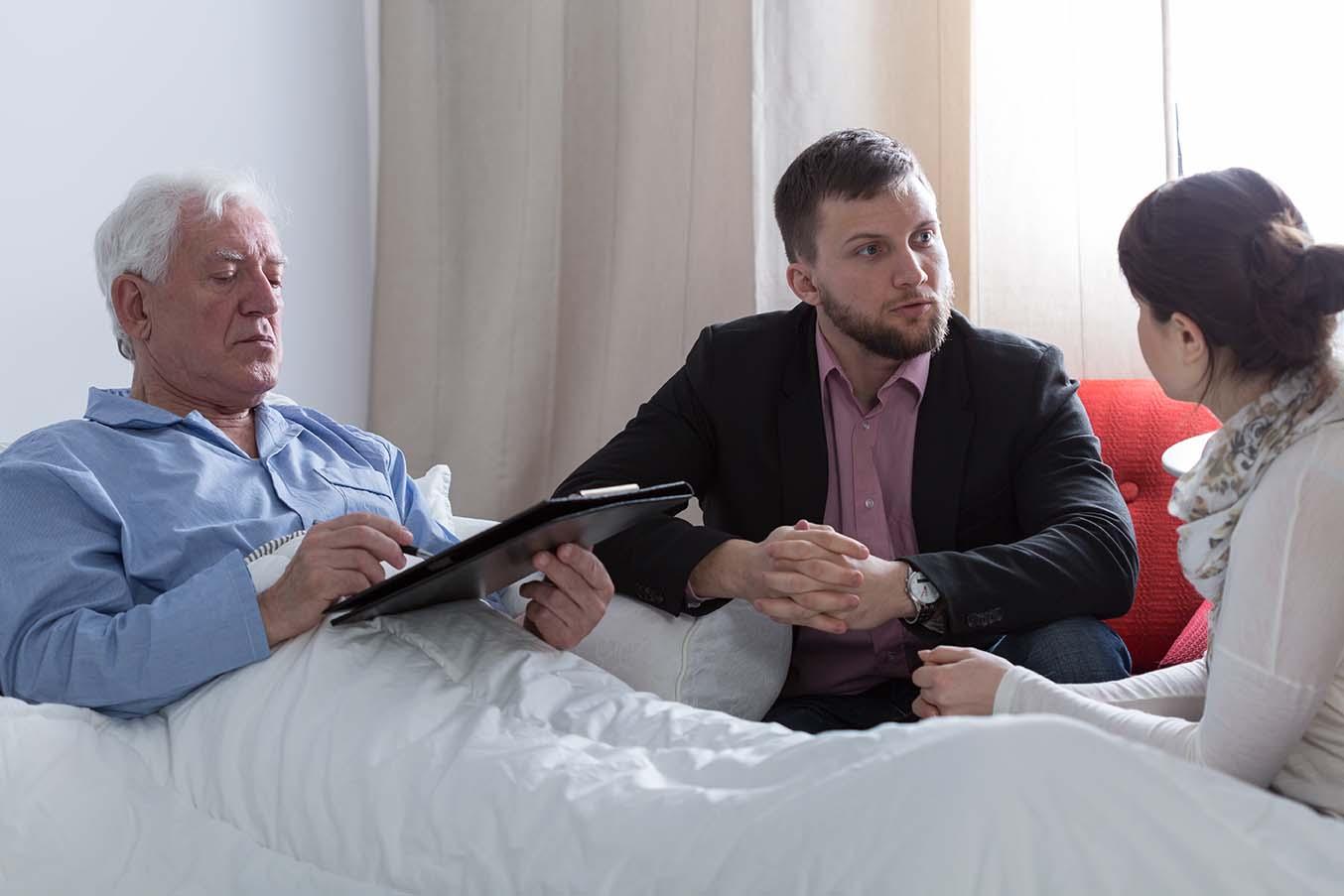 ¿Puede un padre dependiente desheredar a un hijo por no prestarle cuidados?